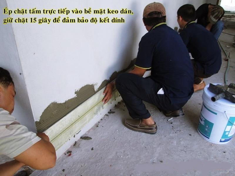 Dán tấm SmartWood lên bề mặt tường.