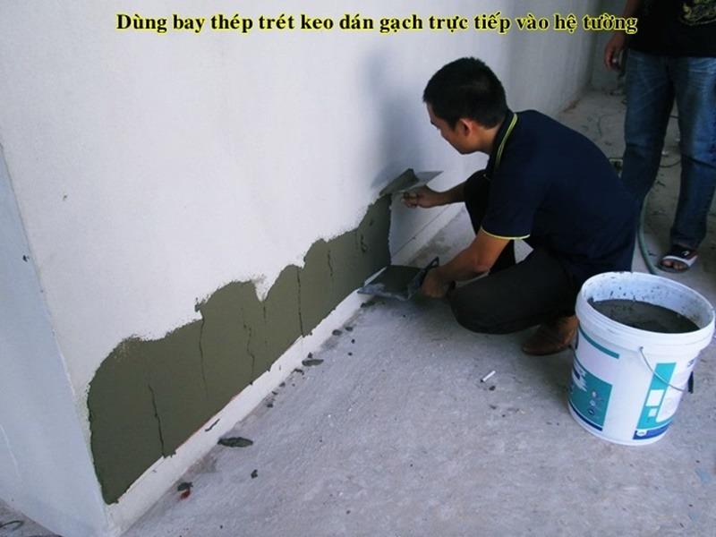Trám keo chuyên dụng lên bề mặt tường cần ốp tấm SmartWood.